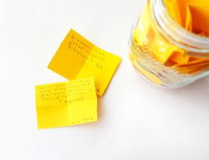 Zettel mit Glas